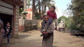 """حكاية محمد مع """"ضمور العضلات"""".. يعيش على أكتاف والديه منذ ولادته"""