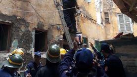 إنقاذ أب وطفليه في انهيار سلم عقار بالجمرك بالإسكندرية (صور)