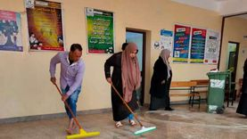 معلمو مدرسة بالعريش يتطوعون لتنظيفها قبل الامتحانات (صور)