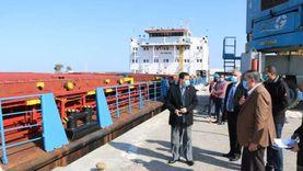 رئيس هيئة ميناء دمياط يتابع عملية تراكي سفينتي بضائع عامة