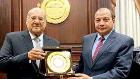 «الشيوخ» يستقبل رئيس جامعة بني سويف ويهديه درع المجلس