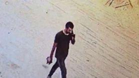 """فيديو لحظة هروب قاتل جارته بالخليفة: """"مرتبك ويبحث عن مهرب"""""""