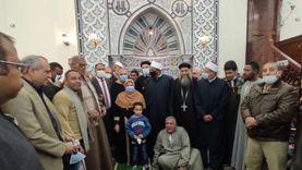 أقباط إسنا يشاركون في افتتاح مسجد ويهدون إمامه مصحفا