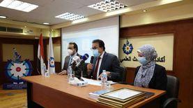 عبدالغفار يكرم الأطباء والعاملين بالمعمل المرجعي للمستشفيات الجامعية