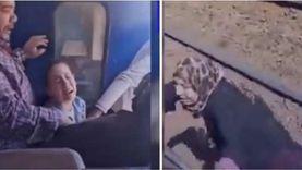 بكاء أم وصراخ أطفال.. سيدة تحاول اللحاق بـ قطار بعد تحركه ببناتها «صور»