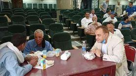 """رئيس """"ملوي"""" يتناول الطعام مع عمال النظافة: """"أنتو أهم موظفين عندي"""""""