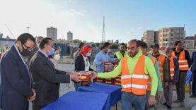 محافظ الإسكندرية يوزع وجبات الإفطار على العاملين بتطوير محطة مصر