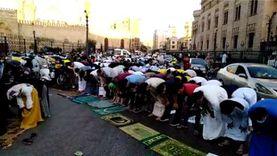 سيدات يؤدين صلاة عيد الفطر أمام الرجال خارج الجامع الأزهر