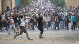 محتجون فى لبنان يرشقون الأمن بالحجارة ويطالبون باستقالة مجلس النواب