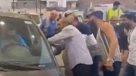 بسبب أزمة الوقود.. لبناني يتنكر في زي امرأة لـ«تفويل» سيارته