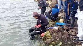 غواصون متطوعون يحاولون انتشال جثث قارب بحيرة مريوط الغارق