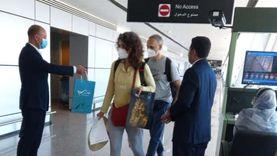 صور.. مطار الغردقة يستقبل 162 بولنديا بالورود والهدايا