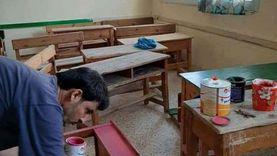 مديرة مدرسة بالعريش تصلح أثاث فصول متهالك بيديها: بساعد بلدي