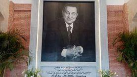 عائلة مبارك أمام قبره  في الذكرى الأولى لوفاته