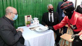 محافظ بني سويف يتناول «ساندويتشات» في افتتاح مطعم للصم والبكم