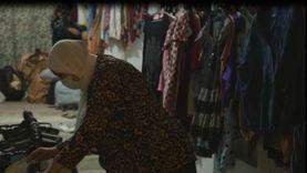 «سناء» تحول مدخل بيتها لمعرض ملابس للمحتاجين: بالمجان