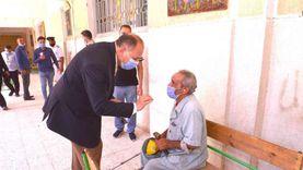 """محافظ أسيوط يصطحب مسنًا إلى لجنة للتصويت في انتخابات """"الشيوخ"""""""