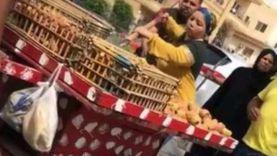 موظفة الحي تحاول تحطيم عربة تين رغم توسل البائع