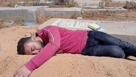 شاب يحتضن قبر والدته بعد وفاتها بكورونا: صاحبي اللي صورني