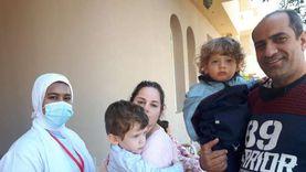 الأجانب يطعمون أبنائهم في حملة «شلل الأطفال» بالغردقة.. «صور»