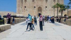 صور.. توافد المصريين والأجانب على قلعة قايتباي في آخر أيام العيد