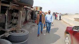 انقلاب سيارة نقل ثقيل وغلق الطريق الإقليمي في المنوفية (صور)
