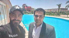 تامر حسني يقضي العيد على شواطئ الغردقة ويلتقط السيلفي مع معجبيه