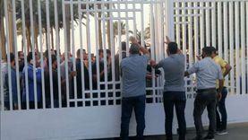 زحام أمام بوابة النساجون الشرقيون لتشييع جثمان محمد فريد خميس
