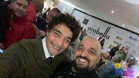 بدون كمامات وإجراءات احترازية.. حميد الشاعري يحتفل بعيد ميلاده الـ59