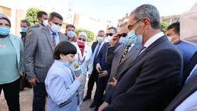 طالب يهدي وزير الاتصالات مصحفاً ويلتقط صوراً معه بكفر الشيخ