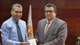إعلام جنوب سيناء يوزع نسخ من الدستور المصري مجانا لنشر الوعي