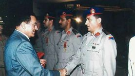 """إنسانيات """"مبارك"""" في رواية حارسه الخاص: كان يحمل الطعام للجنود بنفسه"""