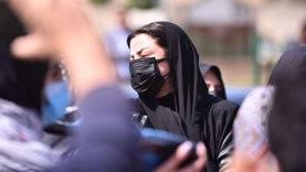 رضوى الشربيني ترتدي كمامتين لحماية مشيعي جنازة والدتها من عدوى كورونا