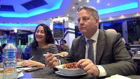 """سفير الدنمارك بالقاهرة يتناول الكشري برفقة """"الوطن"""""""