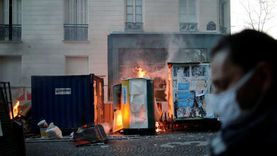 """فيديو.. محتجون يضرمون النار وسط باريس احتجاجا على قانون """"الأمن الشامل"""""""