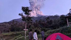 ثوران بركان جبل سينابونج في إندونيسيا وسحابة دخان بارتفاع 5 آلاف متر