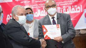 رئيس جامعة أسيوط يكرم العاملين ببنك الدم الرئيسي ومستشفى صحة المرأة