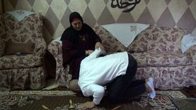 والدة حارس الشرقية للدخان بعد تقبيل قدمها بالملعب: ربنا يسد شباكك