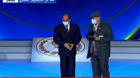 عاجل.. السيسي يكرم أسر شهداء الشرطة المصرية ويمنحهم وسام الجمهورية