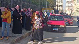 رغم التحذيرات المستمرة.. أولياء الأمور يتزاحمون أمام المدارس في الإسماعيلية