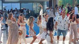«ساحل وسقفة».. كواليس أولى أغنيات عمرو دياب الصيفية «فيديو»
