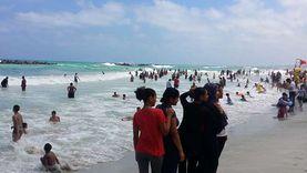 """غواصون يستغيثون من تكدس شاطئ النخيل بالمواطنين: """"أنقذنا 2 من الغرق"""""""