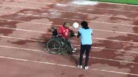مشجع من أصحاب الهمم يستعرض مهارته بالكرة أثناء مباراة الأهلي والطلائع