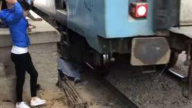 خرج حيا من تحت القطار.. «عجوز الإسماعيلية فقد الوعي والأهالي أنقذوه» «فيديو»