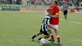 عادل إمام وكرة القدم.. «حريف» في السينما وخارج الشاشة معلقا متميزا