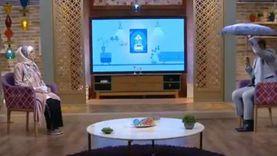 """داعية إسلامي يظهر بـ""""شمسية"""" على الهواء: طريقة مبتكرة للحديث عن الصدقة"""