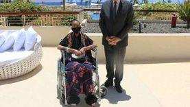 فودة يلتقي الأمريكية «جلوريا والكر» في مقر إقامتها ويهديها شالا بدويا