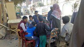 أطفال قنا يتطوعون لمساعدة الناخبين لمعرفة لجانهم