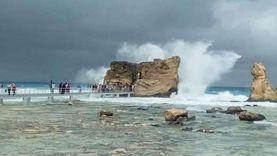 """صور.. أمواج عالية تضرب مطروح وتهدد بانهيار ممشى """"كليوباترا"""""""