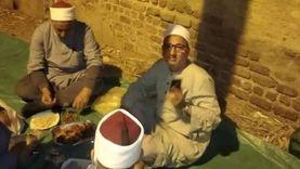 وكيل وزارة الأوقاف بالمنيا يتناول الإفطار بجوار سور مسجد خلال جولته